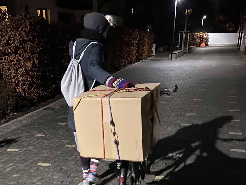 Transport des verpackten WormUp mit dem Rad
